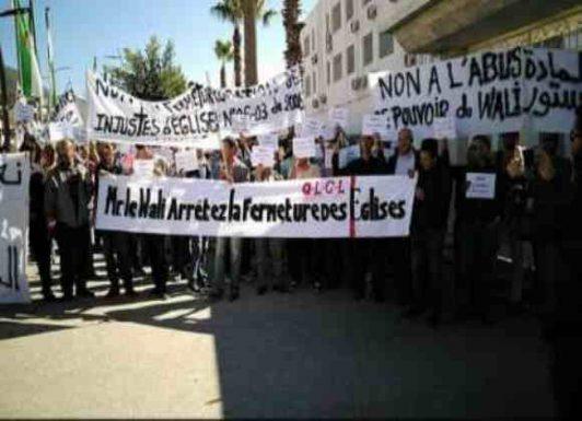 "<a class=""amazingslider-posttitle-link"" href=""http://www.alhoukoul.com/aljzaaer-mnthzmw-hmlat-altnsser-enfthzwn-ahtjajat/"">الجزائر : منظمو حملات ""التنصير"" ينفذون احتجاجات</a>"