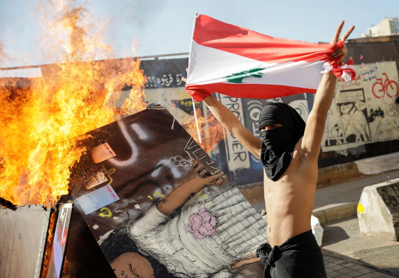 """<a class=""""amazingslider-posttitle-link"""" href=""""https://www.alhoukoul.com/liban-derriere-la-contestation-socio-economique-un-bras-de-fer-americano-russe/"""">Liban: derrière la contestation socio-économique, un bras de fer américano-russe</a>"""